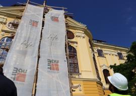 Palatul Baroc din Oradea îşi recapătă strălucirea: A început montarea blazonului episcopal, grădina biblică poate fi vizitată (FOTO/ VIDEO)
