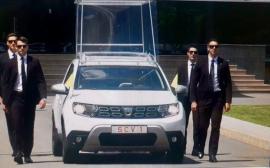 Vine Papa! Papa Francisc se va plimba în România, începând de vineri, cu un Papamobil Duster. Vezi cum arată (VIDEO)