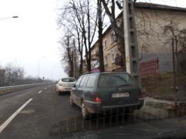 Nesimţire sau prostie? Traficul pe drumul expres, îngreunat de şoferii care-şi parchează maşinile pe unde apucă