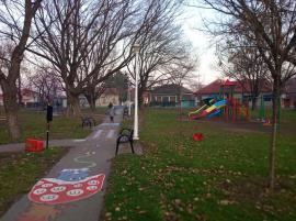 Nesimţiţi de la începutul anului: Vandalii au distrus coșurile de gunoi dintr-un parc din Oradea (FOTO)