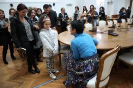 Orădence în lacrimi: Petronela Rotar le-a citit fanilor fragmente emoționante din cărțile sale (FOTO)
