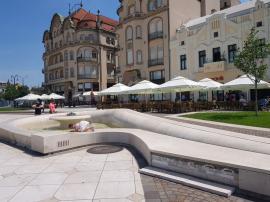 Ne enervează: Plăcile care ornează fântânile din Piaţa Unirii încep să se dezlipească (FOTO)