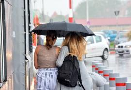 Vremea bună se lasă aşteptată: Ploi în toată ţara, cel puţin până marţi seară
