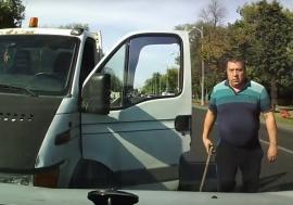 Un poliţist a fost filmat în timp de conducea pe contrasens şi a vrut să bată cu ranga un alt şofer (VIDEO)
