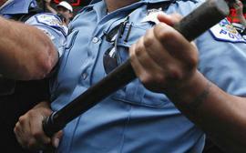 Sechestrați la domiciliu: Un polițist din Bihor a băgat cu forța în izolare familia și vecinul unui șofer de TIR