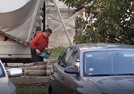 Popa drujbă: Preotul Mal de la biserica din Calea Aradului le 'slujeşte' vecinilor cu motofierăstrăul (FOTO / VIDEO)