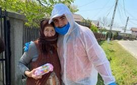 Iresponsabil: Un primar din Giurgiu s-a îmbrățișat cu bătrânii cărora le-a dus alimente (FOTO)