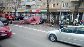 Vântul face ravagii: O parte din acoperişul unui bloc din Oradea s-a prăbuşit peste şosea şi peste maşinile parcate (FOTO / VIDEO)