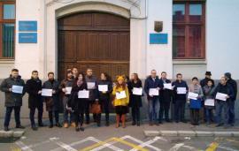 Şi totuşi, au ieşit în stradă: O mână de procurori şi judecători bihoreni protestează împotriva modificării legilor justiţiei