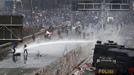 Vor să interzică sexul în afara căsătoriei! Proteste violente în Indonezia împotriva noului cod penal (VIDEO)
