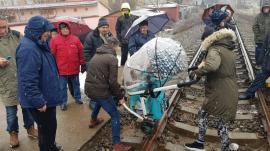 """Protest pentru o... """"zebră"""": 60 de beiuşeni au ieșit în stradă, cerând reînființarea unei treceri de pietoni desființate de CFR (FOTO)"""