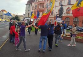 """""""Zi de zi aici vom fi!"""": Protestatarii orădenii au dansat Hora Unirii, dar au cerut izgonirea PSD-ului din ţară (FOTO / VIDEO)"""