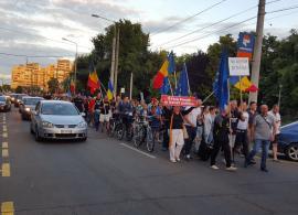 Mai mulţi în stradă: Circa 350 de orădeni i-au cântat 'Mulţi ani primească' lui Liviu Dragnea în faţa sediului PSD Bihor (FOTO/VIDEO)