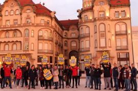 Pesediştii fac lucruri 'trăznite'! Flash mob al tinerilor PSD Bihor, prin care cer dezbatere Iohannis-Dăncilă (FOTO)