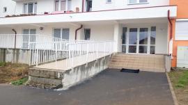 Rampe de abces: Autorităţile îşi pasează reciproc responsabilitatea în privinţa rampelor stupide de la blocurile ANL din Oradea