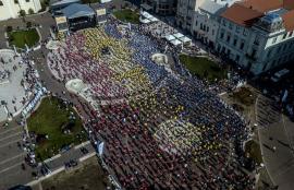 """Este oficial: Oradea a intrat în Cartea Recordurilor cu cea mai mare lecţie de fitness pe ghete """"kangoo jumps"""""""