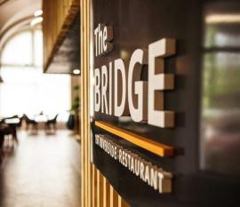 The Bridge: Cel mai vechi restaurant de pe malul Crișului s-a renovat și s-a redeschis. Vezi cum arată! (FOTO)
