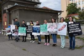 Rugăciune sau şantaj emoţional? Voluntari cu mesaje anti-avort stau, 40 de zile, în faţa Maternităţii din Oradea (FOTO)