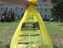Colectaţi selectiv! RER Ecologic Service distribuie gratuit orădenilor care stau la case o nouă tranşă de saci galbeni