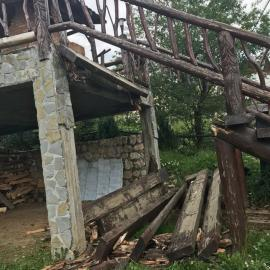 Vacanţă stricată: Opt turişti au ajuns la spital după ce o scară a unei pensiuni din Braşov s-a rupt cu ei
