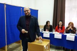 Liderul USR Bihor, Silviu Dehelean, de dimineaţă la vot: 'E prima oară când avem ocazia ca în turul doi să alegem între doi candidaţi buni' (FOTO / VIDEO)