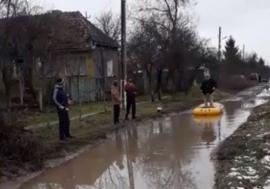 Anul nou, mizerie veche: Locuitorii dintr-un sat din Bihor au ieșit la pescuit pe... strada principală (VIDEO)