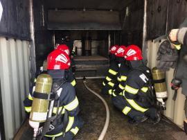 Inedit: La Diosig, viitorii pompieri învaţă să stingă focuri într-un container destinat simulărilor de incendii (FOTO / VIDEO)