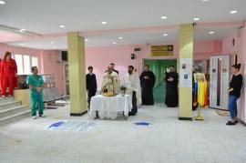Jubileu prin rugăciune: Managerul Spitalului Municipal, Dacian Foncea, a  scos angajaţii la o slujbă religioasă în holul instituţiei (FOTO)