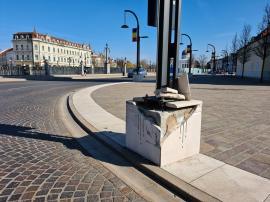 Ne enervează: Încă un stâlp făcut praf, în fața Primăriei Oradea (FOTO)
