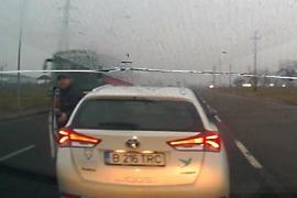 """Mitocan în trafic: O femeie din Oradea, cât pe ce să fie luată la bătaie de un șofer enervat că l-a """"blițuit"""" (VIDEO)"""