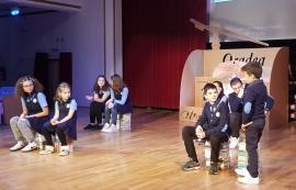 Povestea continuă: Piesa de teatru care evocă istoria Şcolii Gimnaziale 'Oltea Doamna', jucată de elevi în faţa colegilor lor (FOTO)