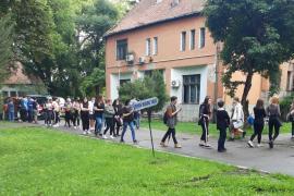 Mai bine la ghişeu! Sute de tineri admişi la Universitatea din Oradea stau la o coadă uriaşă, ca să-şi plătească taxele (FOTO)