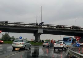 Un tânăr a ameninţat că se aruncă de pe pasajul din Calea Aradului din Oradea