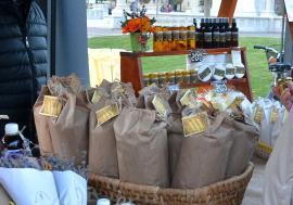 Târg tradiţional de Paște în Piața Unirii: Gospodarii din Valea Ierului aduc cașcaval, miere, murături și vin