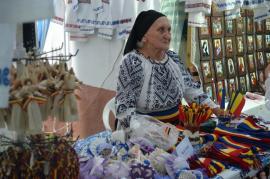 150 de invitaţi la Târgul Meşterilor Populari: Port popular, ceramică, împletituri din nuiele, podoabe şi turtă dulce, în Parcul Bălcescu