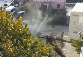 """""""Doreii"""" în acţiune: În Nufărul, muncitorii au făcut """"arteziană"""" dintr-o conductă de apă rece (FOTO / VIDEO)"""
