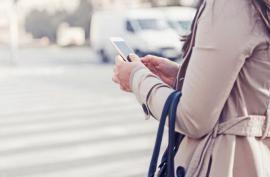Pietonii care folosesc telefonul în timp ce traversează ar putea fi amendați. Vezi proiectul MAI