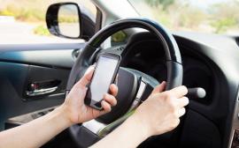 Folosirea telefonului mobil la volan poate atrage suspendarea permisului