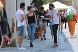 """S-au întors țeparii pe Corso: Orădenii sunt abordați să devină fotomodele şi sunt """"tapaţi"""" de bani! (FOTO)"""