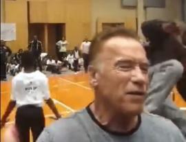 Arnold Schwarzenegger, atacat în timpul unui eveniment. Un bărbat l-a lovit cu picioarele în spate (VIDEO)