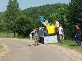 Tineri iubitori de natură: Mai mulţi băieţi din Sălişte de Beiuş au strâns gunoaiele din sat (FOTO)