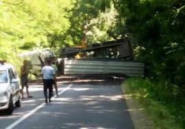Drumul dintre Marghita şi Săcueni a fost blocat de un TIR cu cărbuni, care s-a răsturnat de-a curmezişul carosabilului