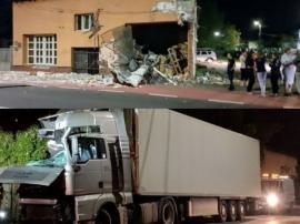 Un şofer a intrat cu TIR-ul într-o casă din Aleşd (FOTO)