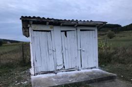 Cu buda-n curte: 46 de şcoli şi grădiniţe din Bihor nu au apă curentă şi toalete