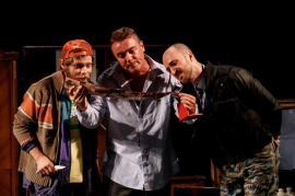 Pe scenă, ca-n viaţă: Un primar maghiar corupt şi un poliţist român, protagoniştii unei tragicomedii