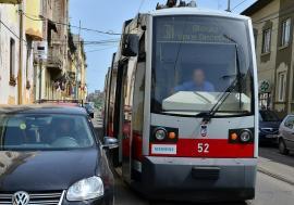 Tramvaiele OTL, blocate de două ori într-o singură zi pe strada Primăriei de şoferi care au parcat aiurea