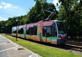 """Tramvaiele Siemens, """"colorate"""" cu reclamă, îi nemulţumesc pe orădeni (FOTO)"""