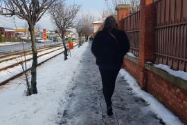 Frontieriştii sunt puturoşi! Trotuarul din faţa Inspectoratului Poliţiei de Frontieră Oradea e acoperit de zăpadă şi gheaţă (FOTO)