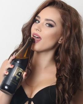 Bere... din vagin: A fost lansată băutura cu acid lactic extras din corpurile unor fotomodele (FOTO)