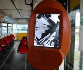 Două validatoare din tramvaie, distruse de vandali